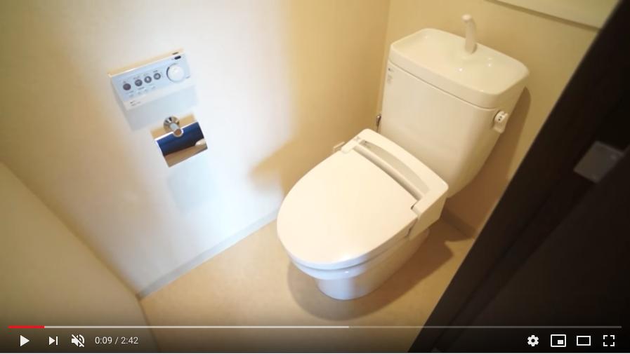 玄関を入るとすぐにトイレがあります。ウォッシュレット付き!