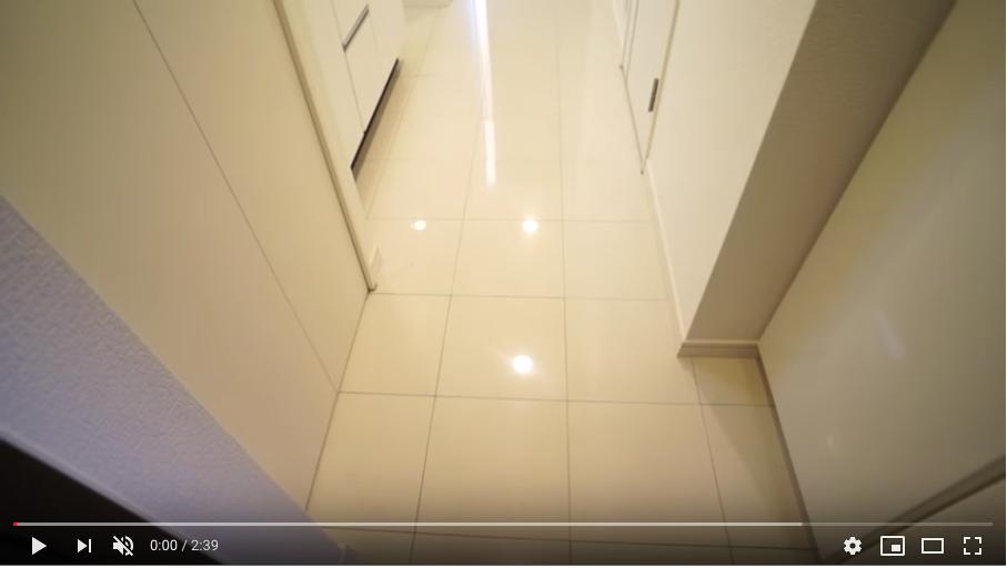 RIZ高輪の玄関 白を基調とした明るい室内