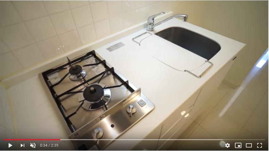キッチンは2口ガスコンロのシステムキッチンです