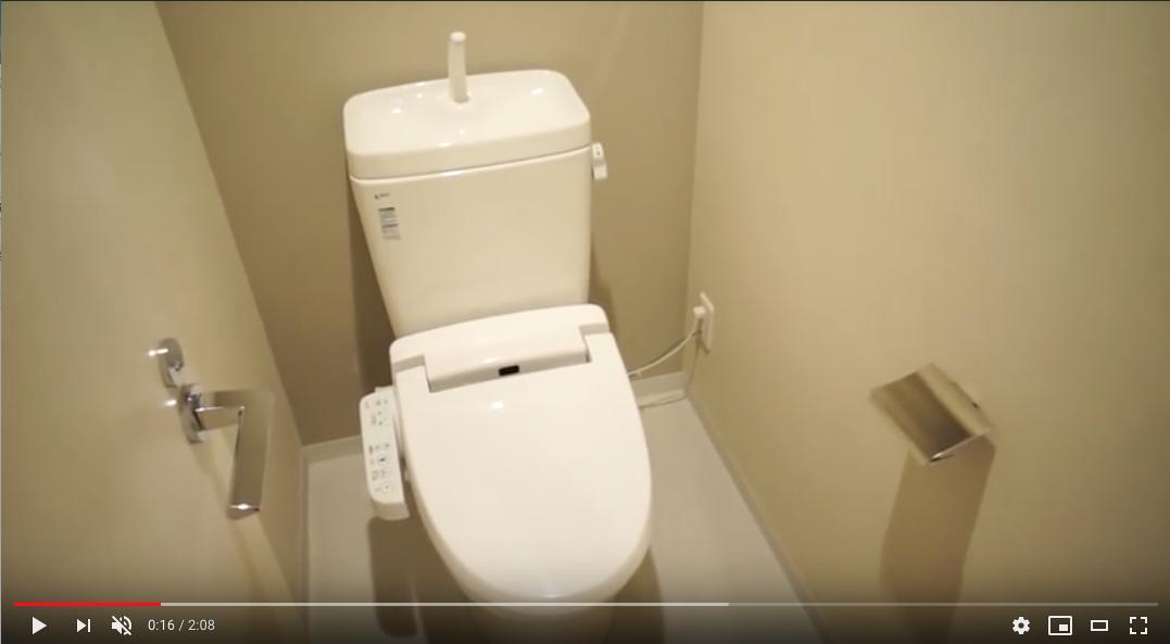 個室のトイレ。温水洗浄暖房便座になります。