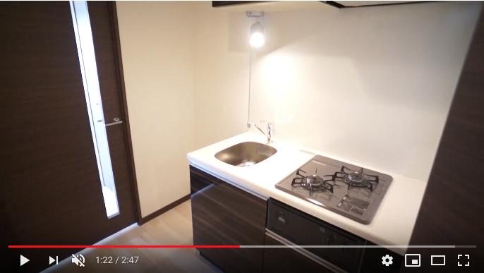 玄関を入るとキッチンスペースがあります。グリル付き2口ガスコンロのシステムキッチンを採用しています。