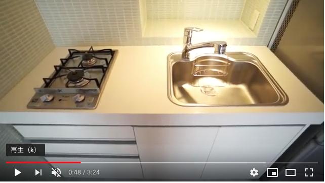 2口ガスコンロ設置済みの大きめのシステムキッチンでお料理も楽しめます。